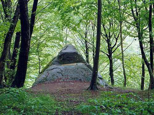 Dolmens_of_North_Caucasus02.jpg